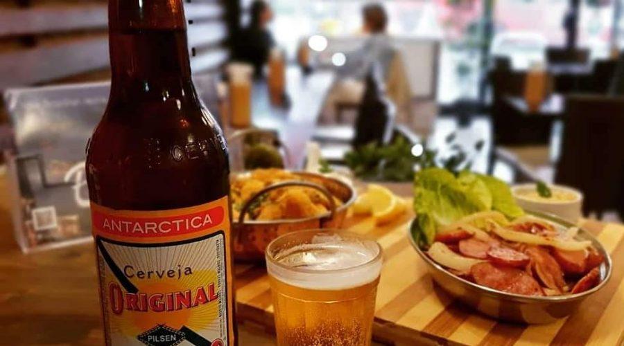 Grilled Brazilian sausage with cassava chips | Calabresa acebolada com Mandioca frita